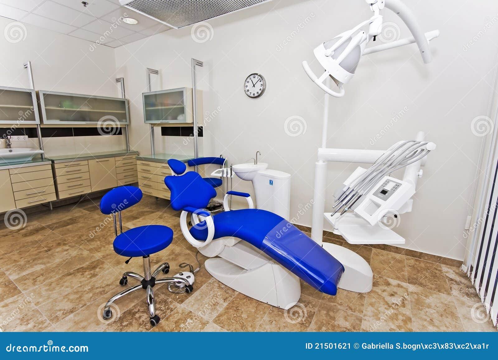 silla del dentista moderno en un cuarto m dico imagen de archivo imagen 21501621. Black Bedroom Furniture Sets. Home Design Ideas