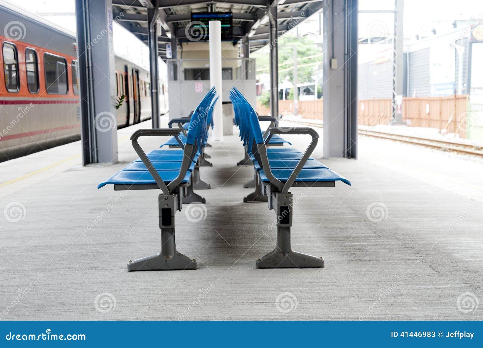 Silla en la plataforma ferroviaria