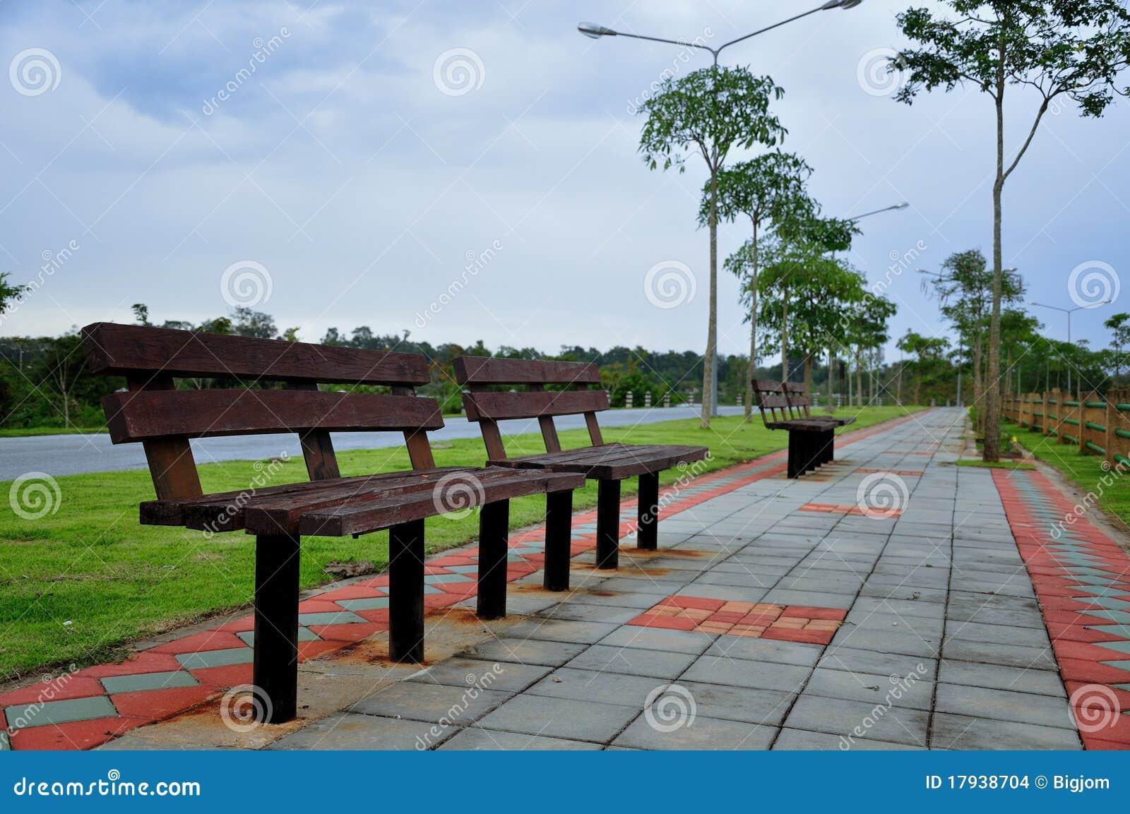 Silla larga en el parque imagenes de archivo imagen for Sillas para parques