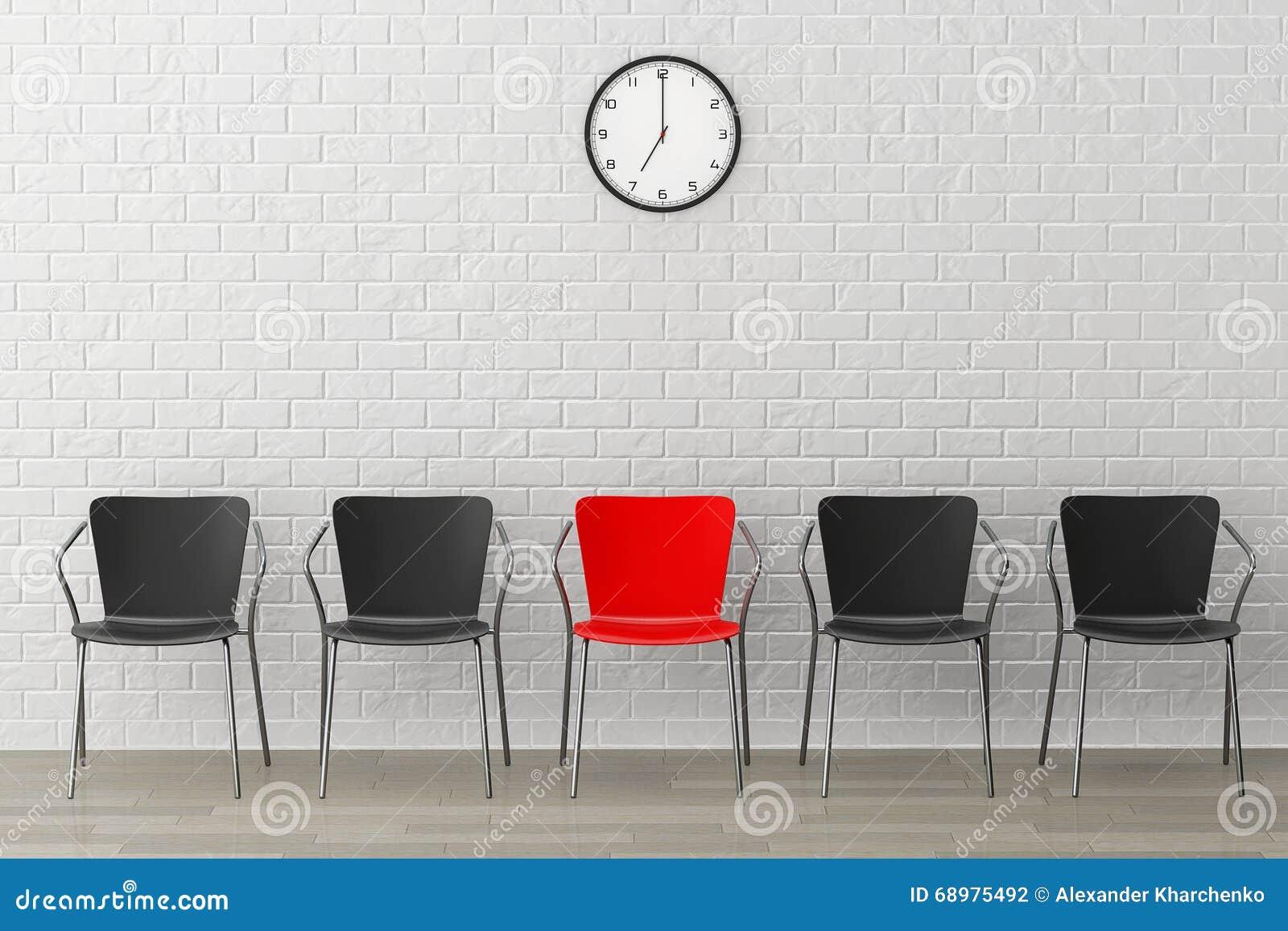 Silla roja con otro negro contra la pared con el reloj moderno