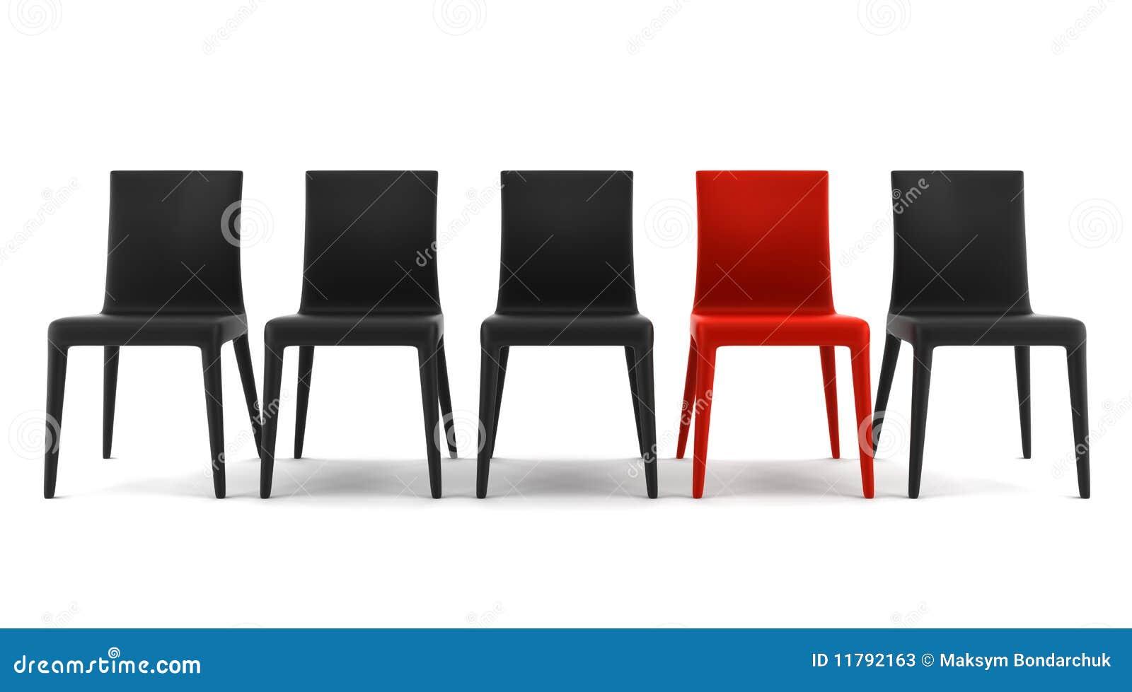 Silla roja entre las sillas negras aisladas en blanco