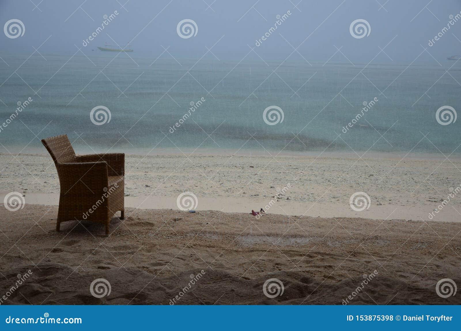 Silla sola en la playa