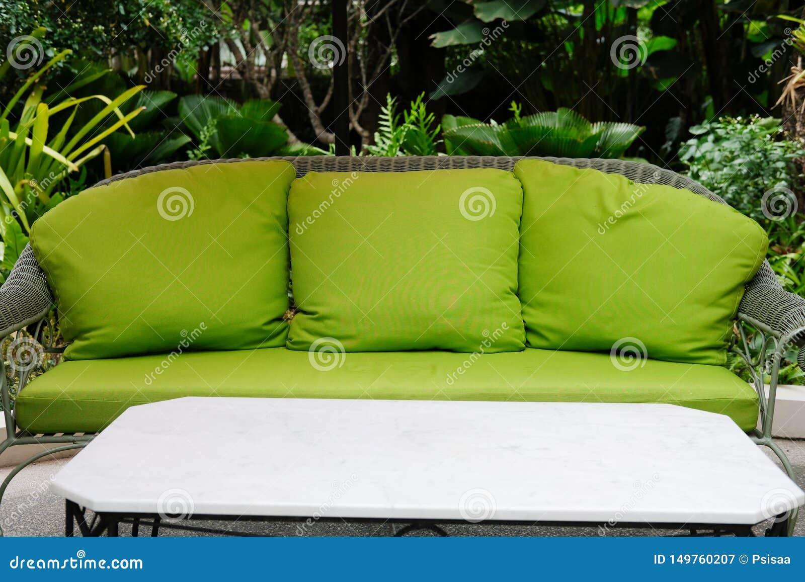 Silla Verde De La Rota En Balcón De La Terraza Diseño Vivo