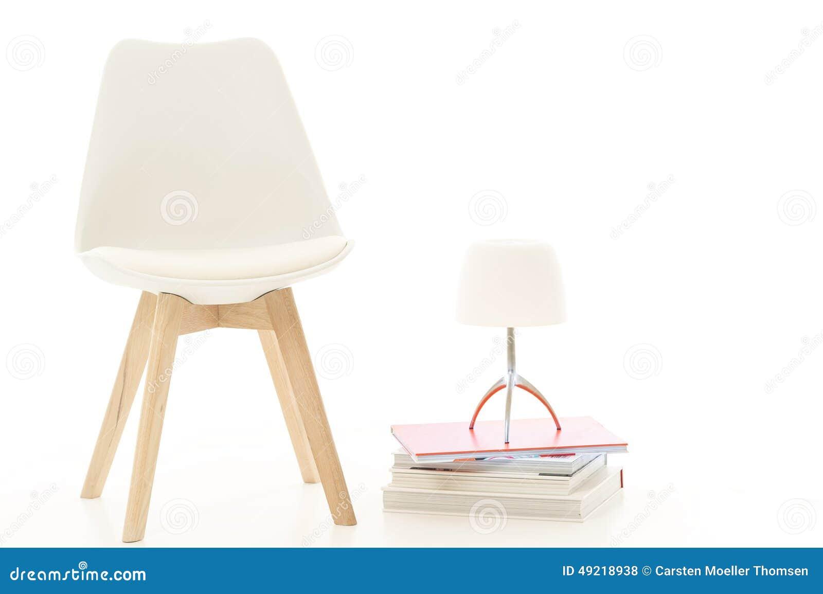 silla y lmpara blancas modernas en estudio foto de archivo