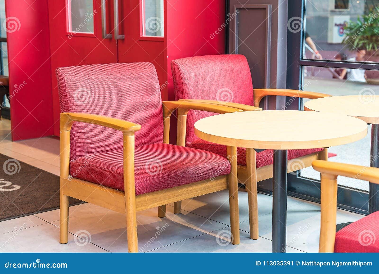 Silla y tabla rojas vacías