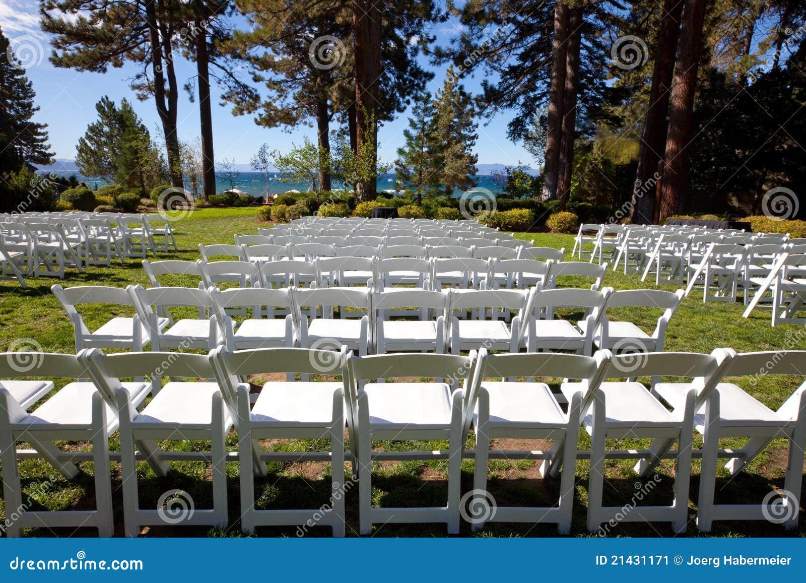 Sillas blancas del acontecimiento en jard n esc nico por for Sillas jardin blancas