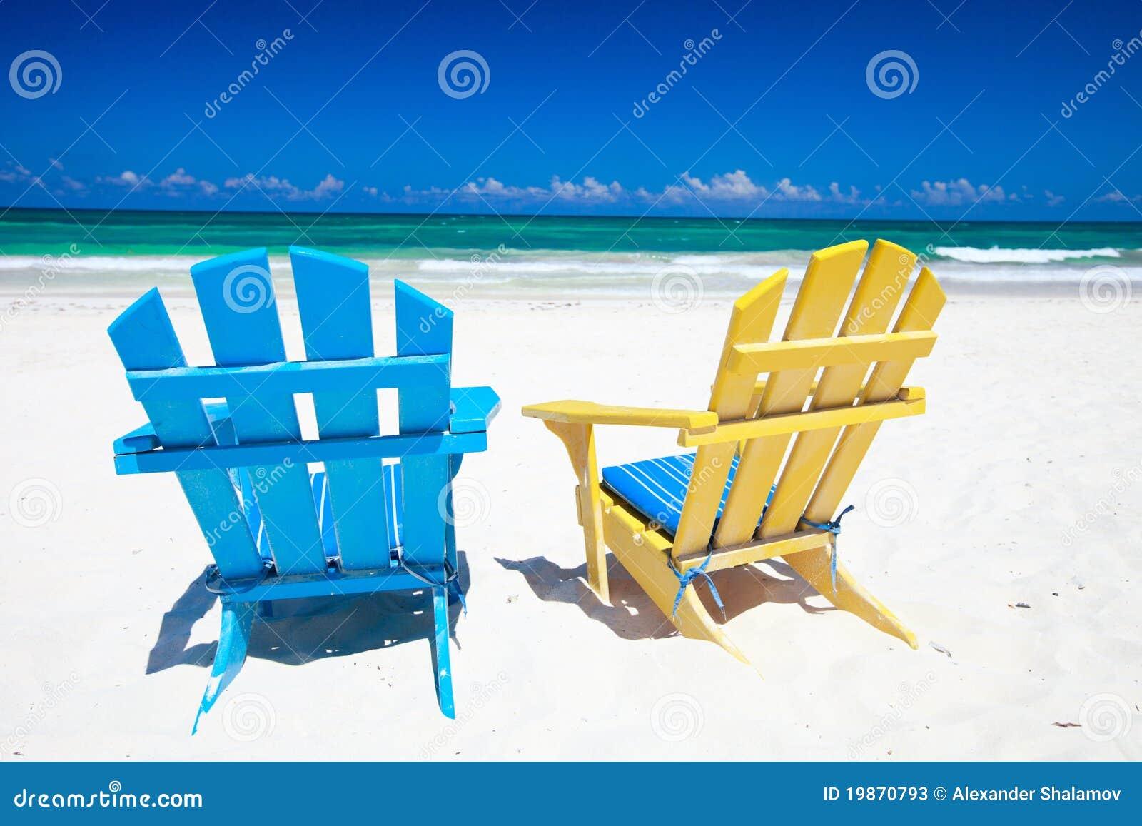 Sillas coloridas en la playa fotos de archivo imagen 19870793 - Silla de playa ...