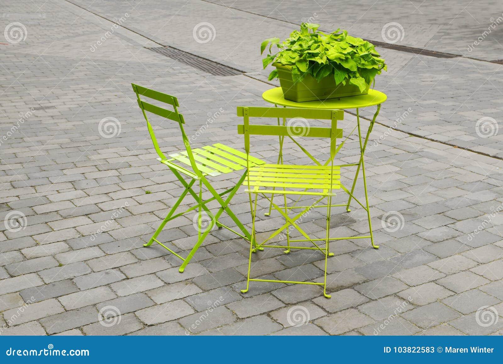 Sillas De Jardín Verdes Claras Y Una Tabla De Plegamiento Con Un ...