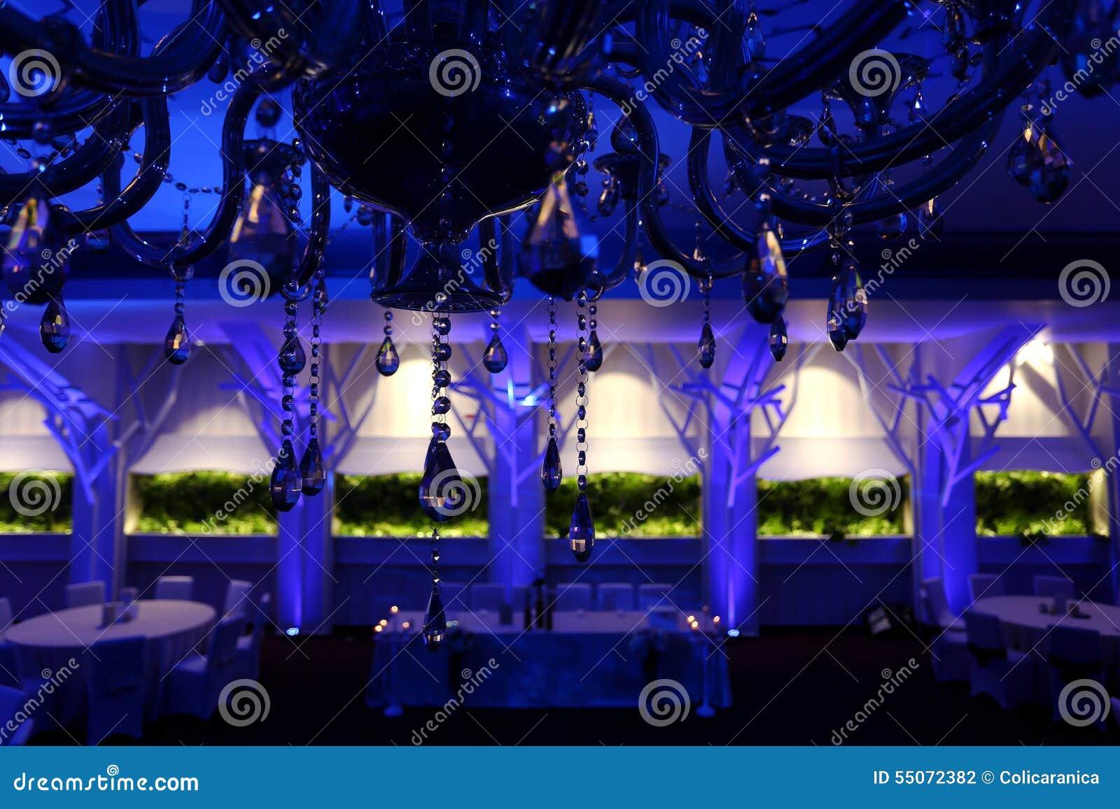 Sillas de la boda en un salón de baile del partido o del acontecimiento