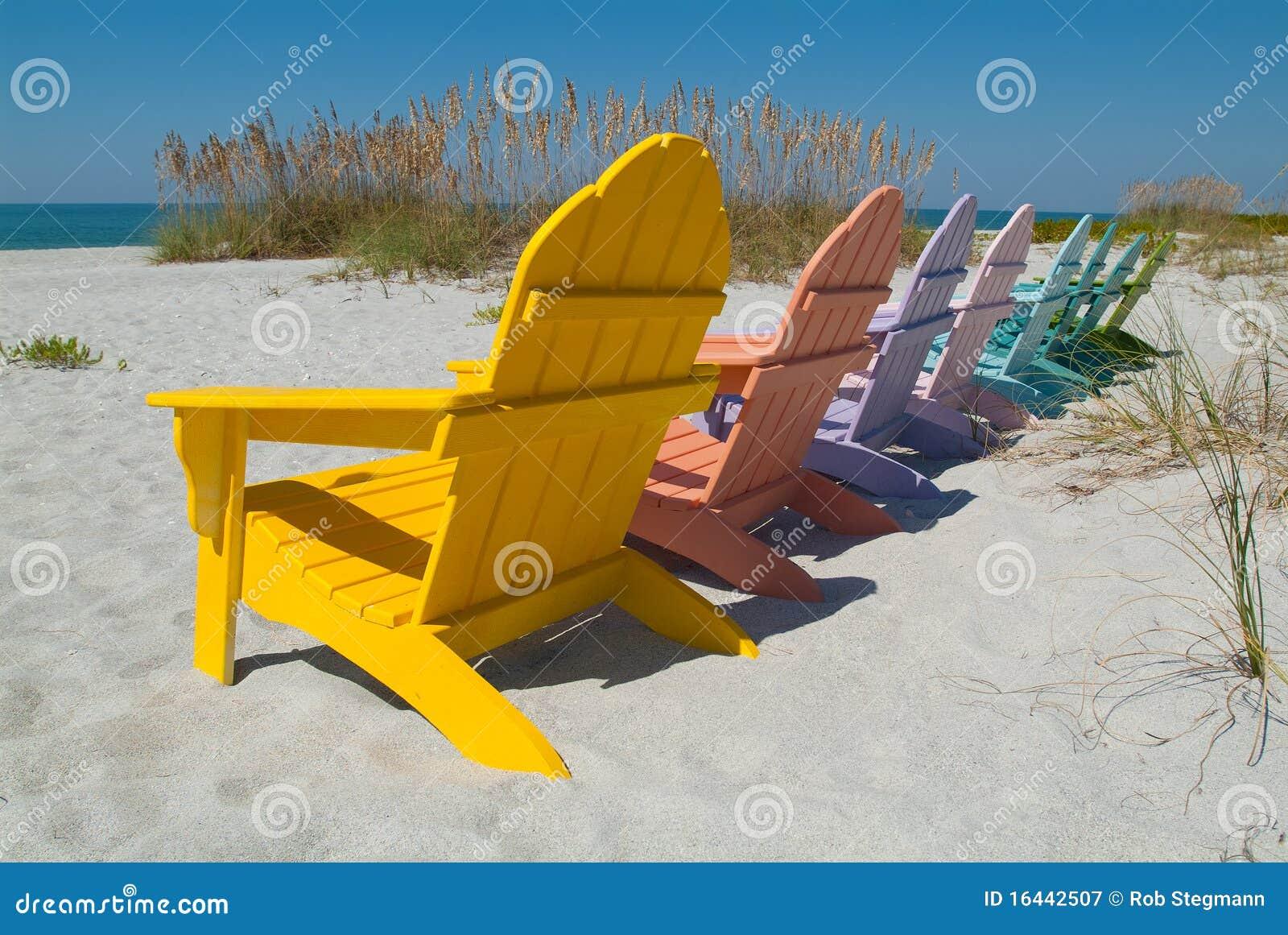 Sillas de madera en la playa fotograf a de archivo libre for Sillas para la playa