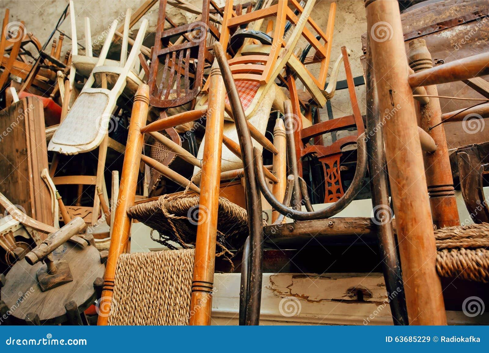 Sillas De Madera Viejas En El Almac N Del Grunge De Los Muebles  # Muebles Viejos Gratis