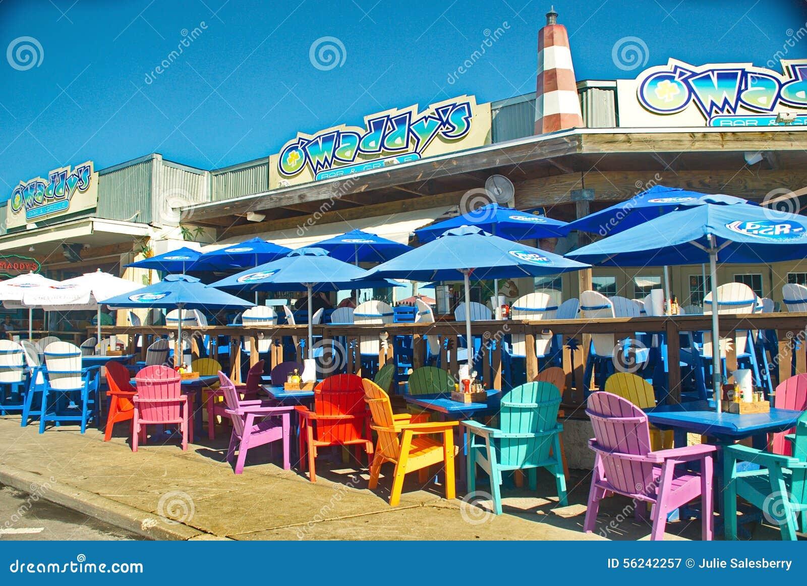 Sillas de playa coloridas en el restaurante de los for Silla 14 cafe resto mendoza mendoza