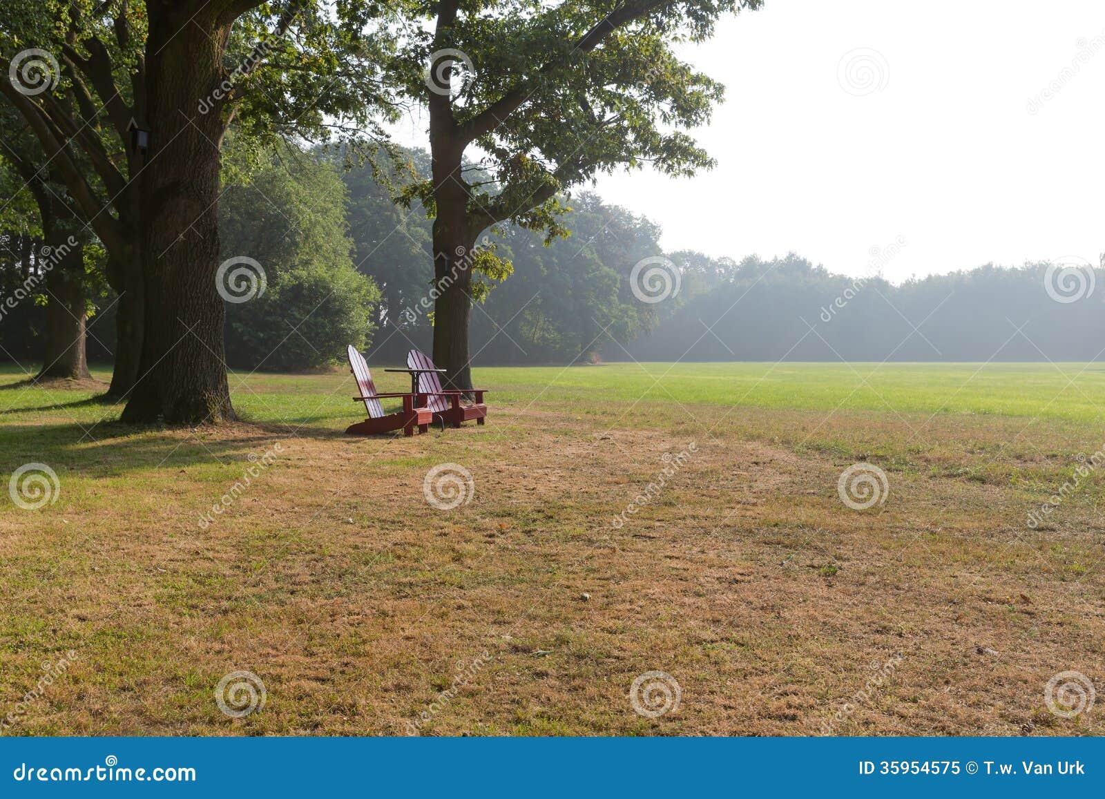 Sillas de playa de madera en paisaje rural