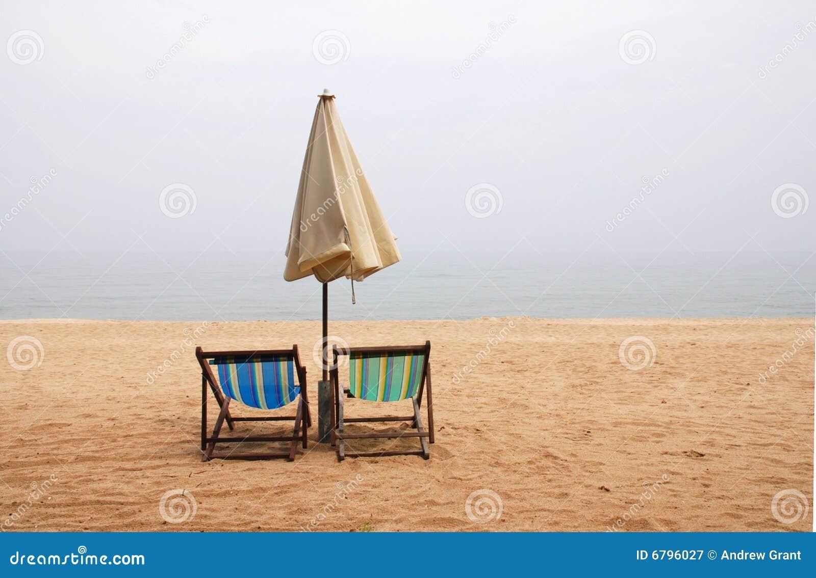 Sillas de playa vacías
