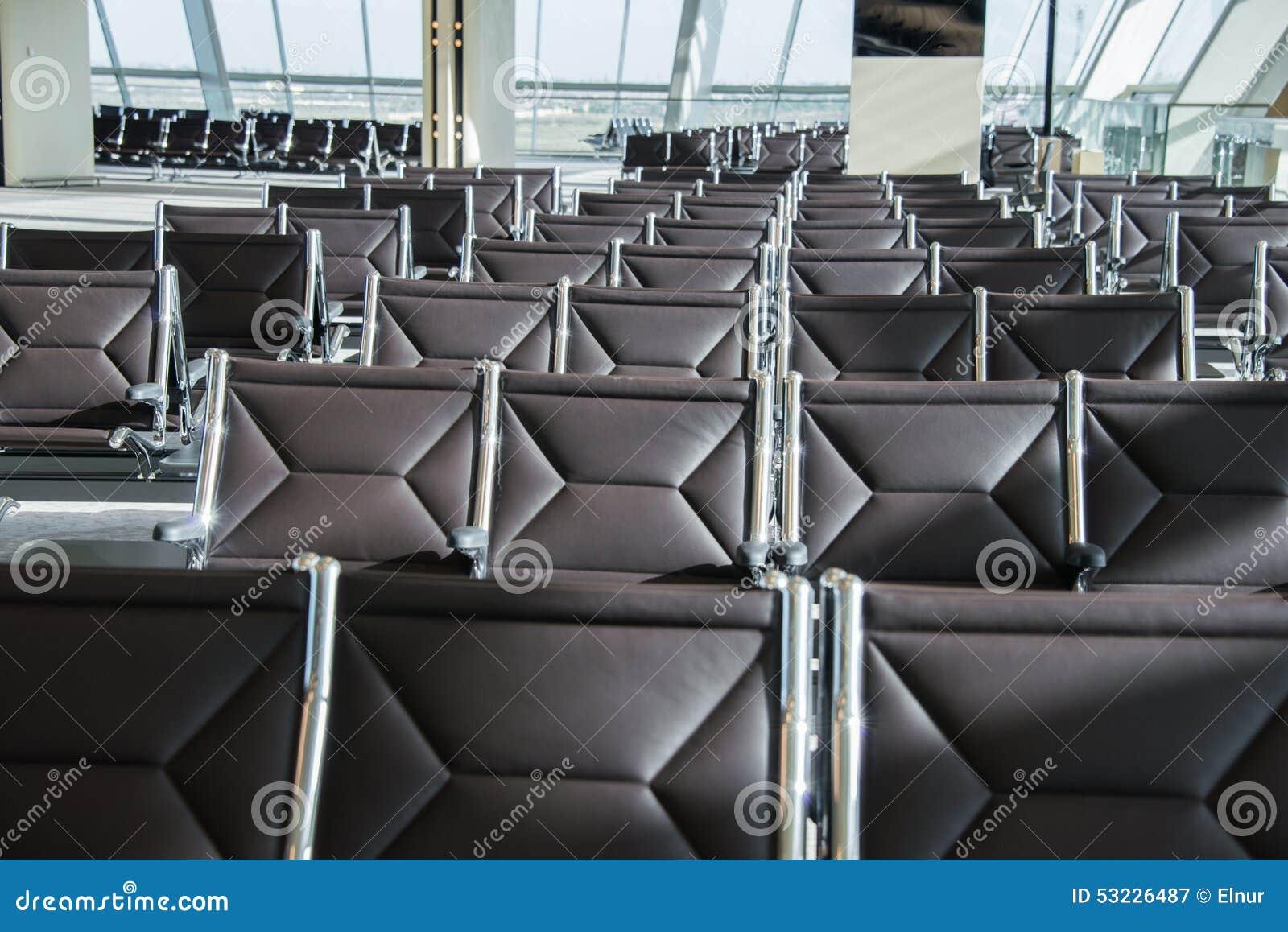 Sillas en el área del salón del aeropuerto