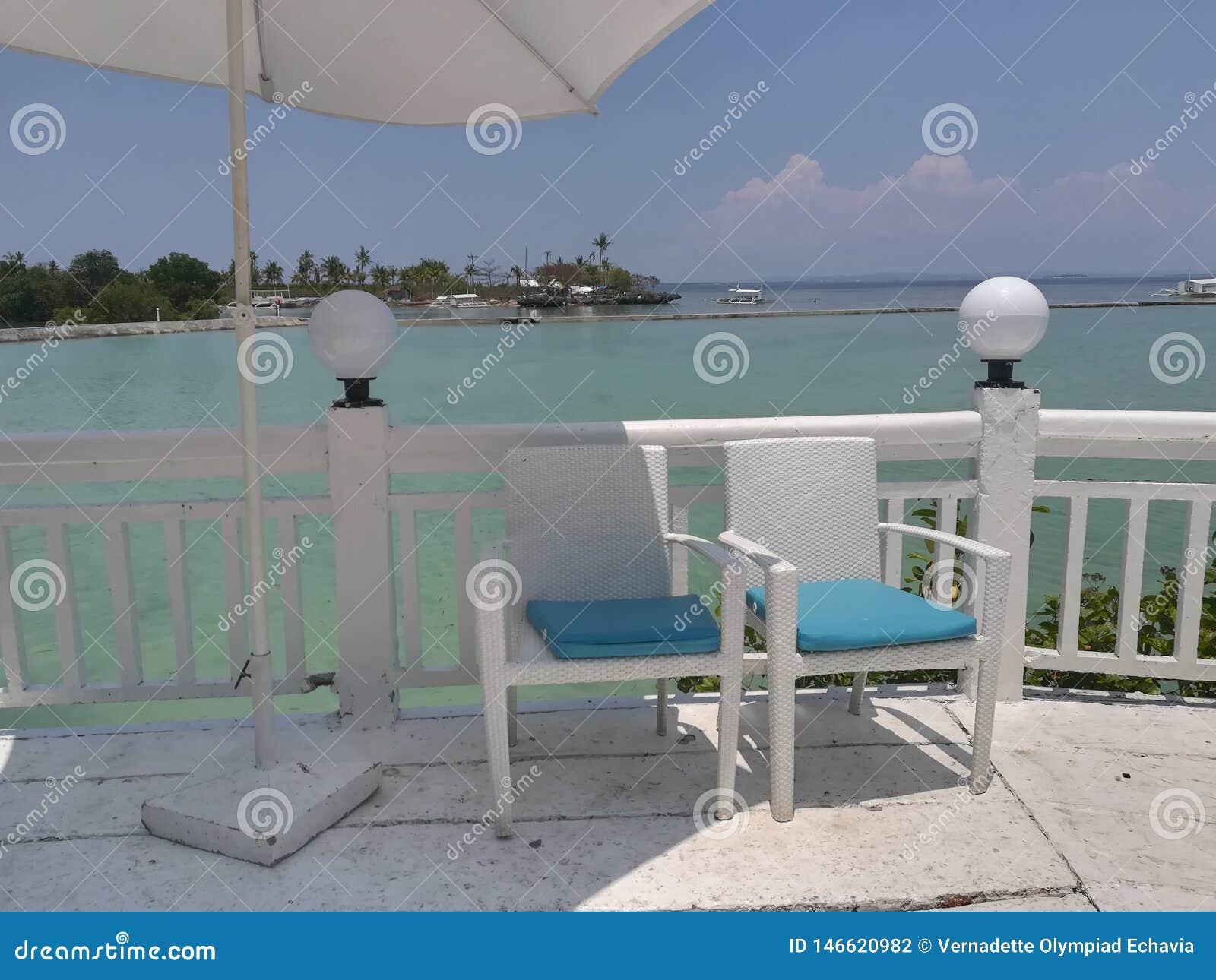 Sillas en el balcón del centro turístico