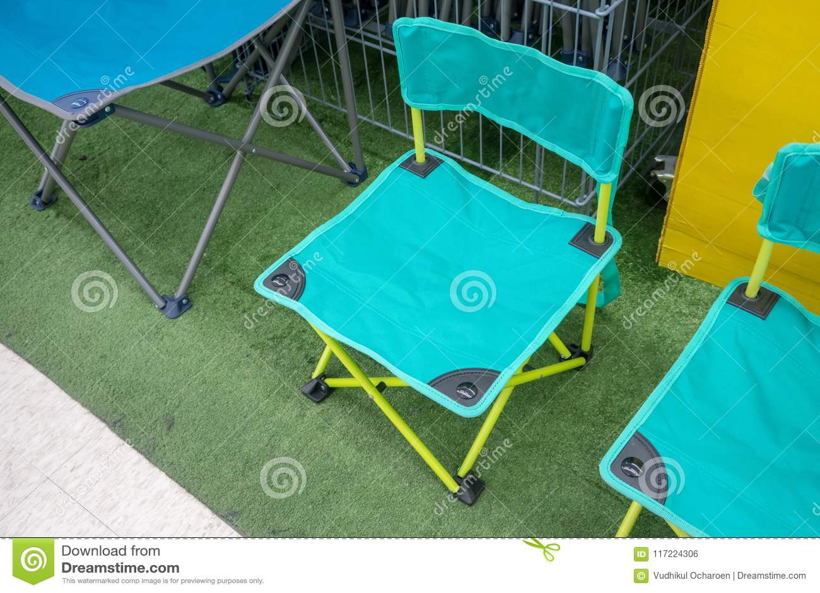 Sillas plegables verdes claras en hierba verde artificial