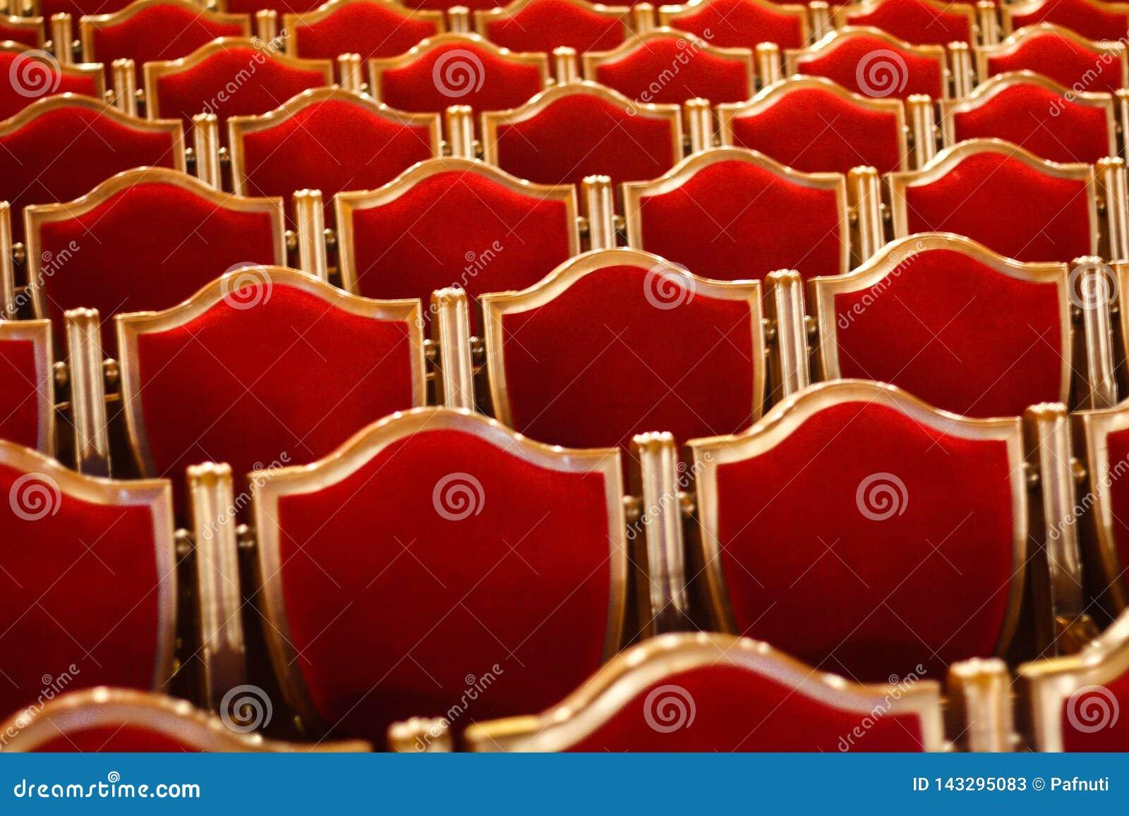 Sillas rojas del vintage en el teatro