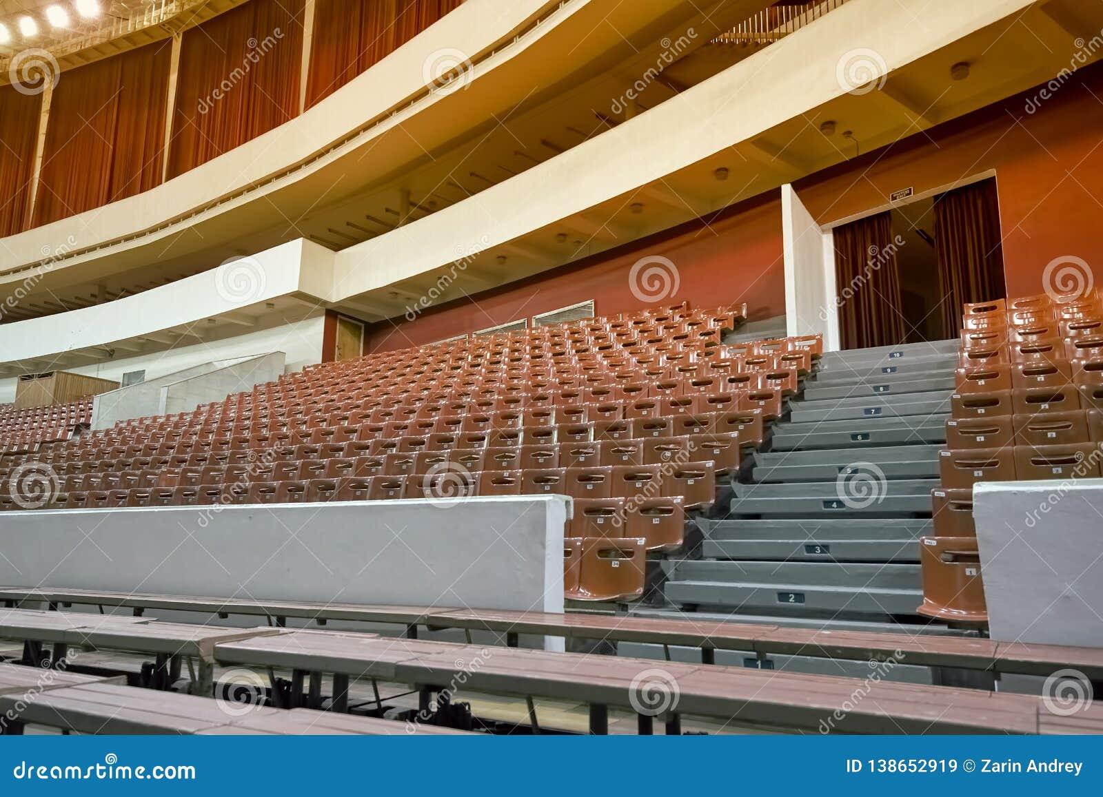 Sillas y bancos vacíos en el auditorio Concepto: falta de interés, fracaso, boicoteo