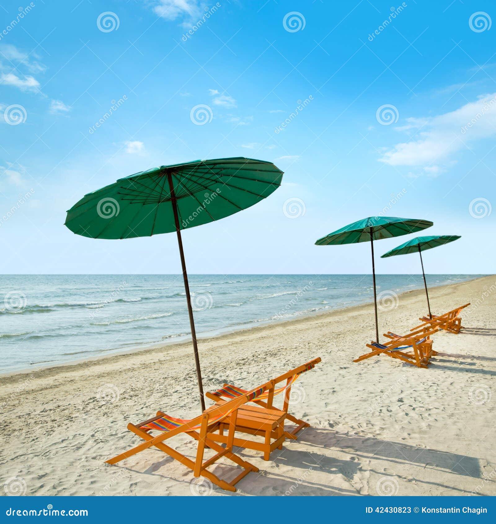 Sillas y paraguas de playa en la playa