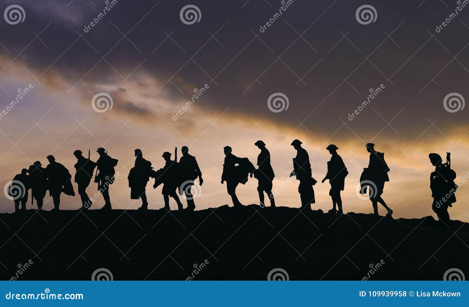 Sillouette WW2 των στρατιωτών στρατού στο σούρουπο