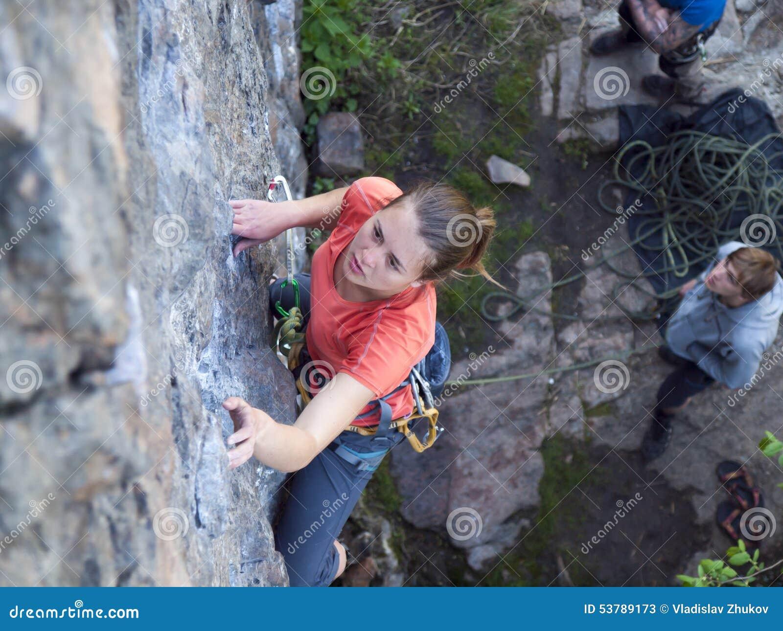 Silna dziewczyna wspina się górę