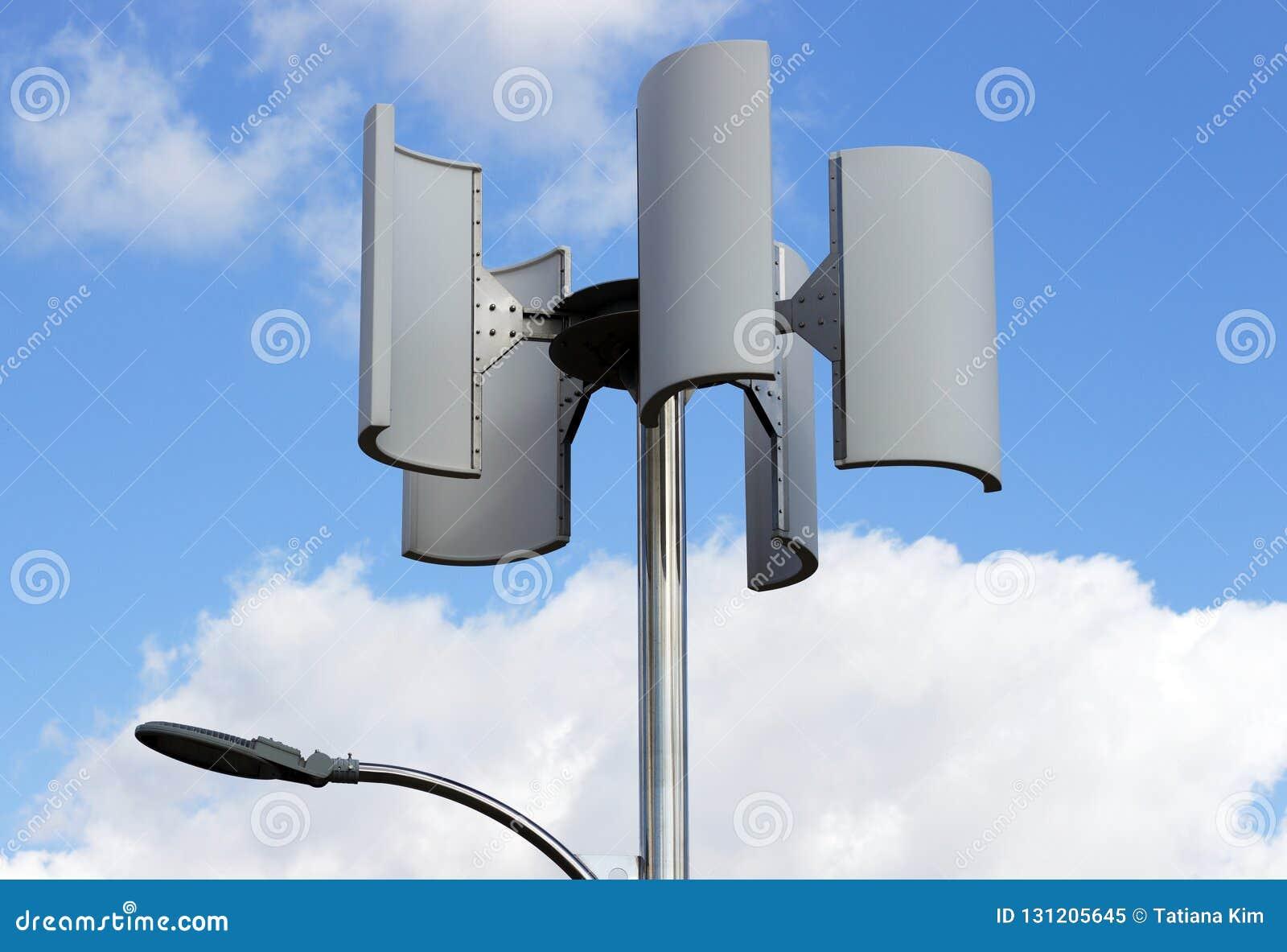 Silnik wiatrowy i lampa przeciw niebu, alternatywna energia