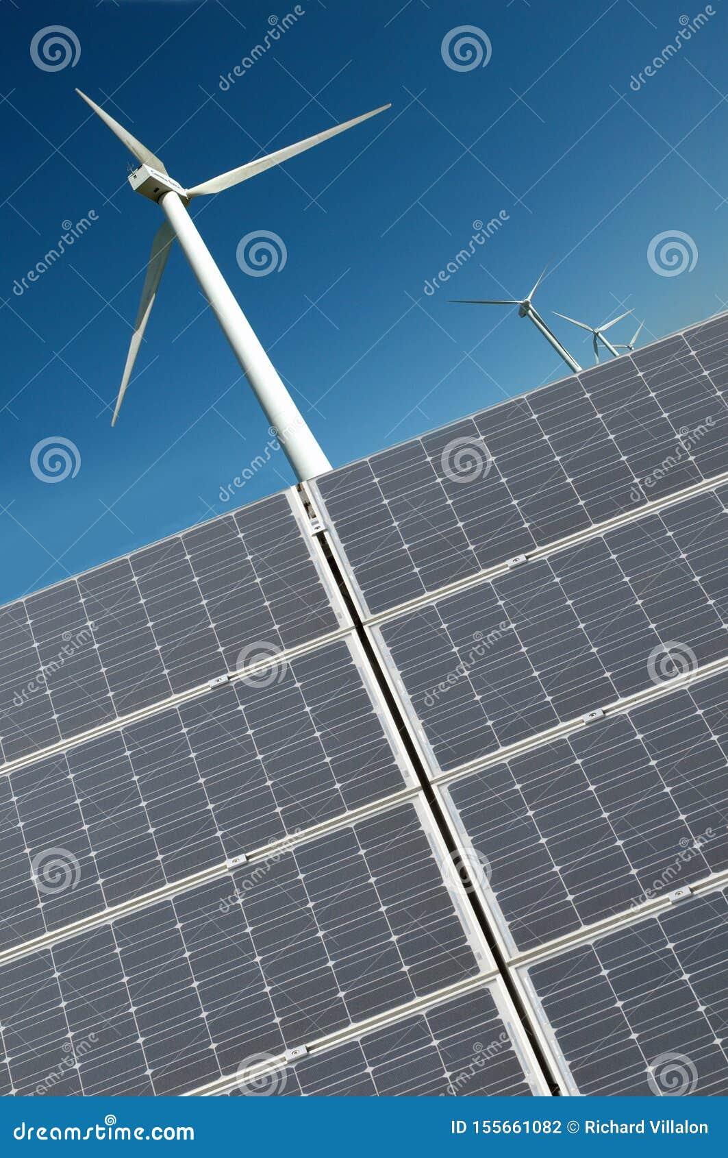 Silnik wiatrowy i panel słoneczny w zakończeniu w górę