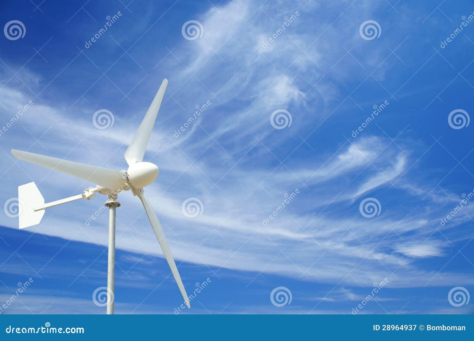 Silnik Wiatrowy, niebieskie niebo i Cienieje chmurę