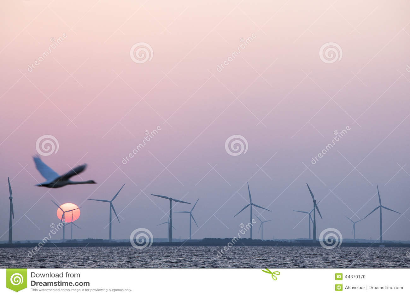 Silniki wiatrowi i łabędź w kolorowym niebie z czerwonym słońcem
