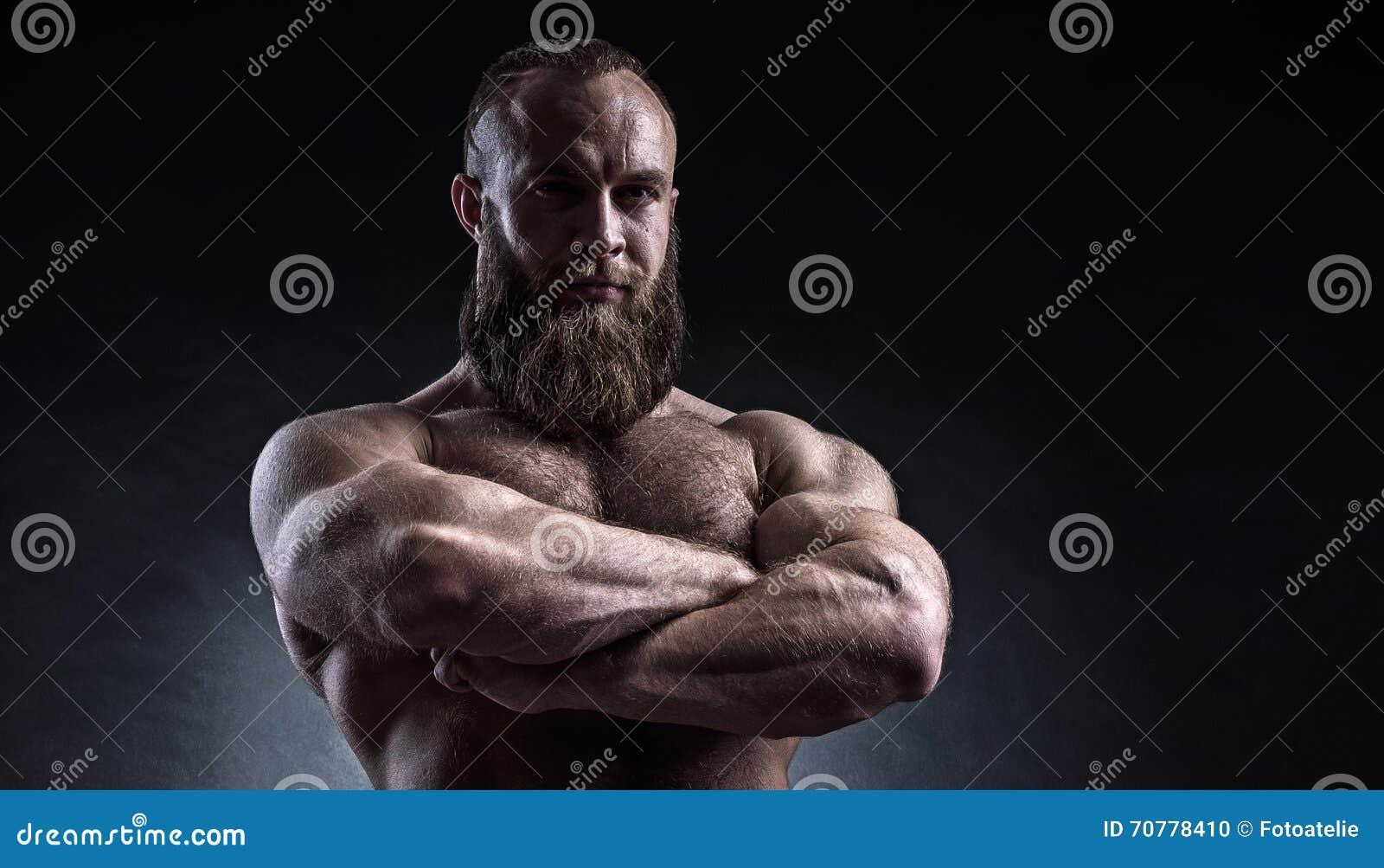 Silny brodaty mężczyzna z perfect abs, ramiona, bicepsy, triceps