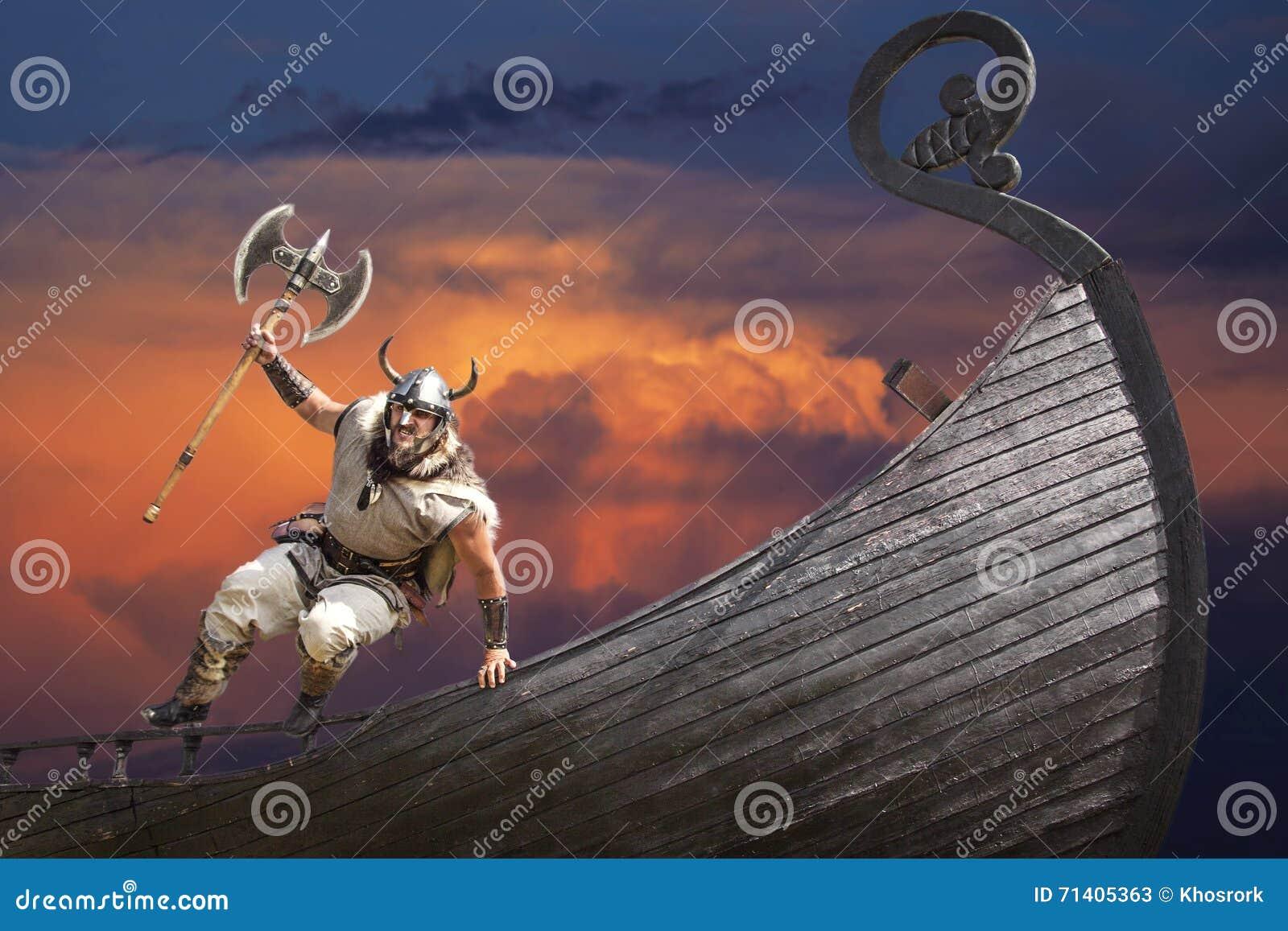 Silny gniewny brodaty Viking z cioski doskakiwaniem