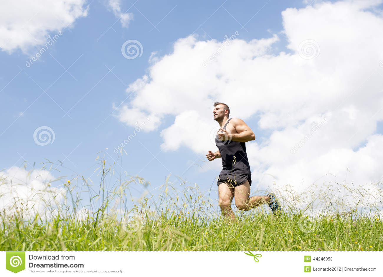 Silny sportowy mężczyzna bieg na polu