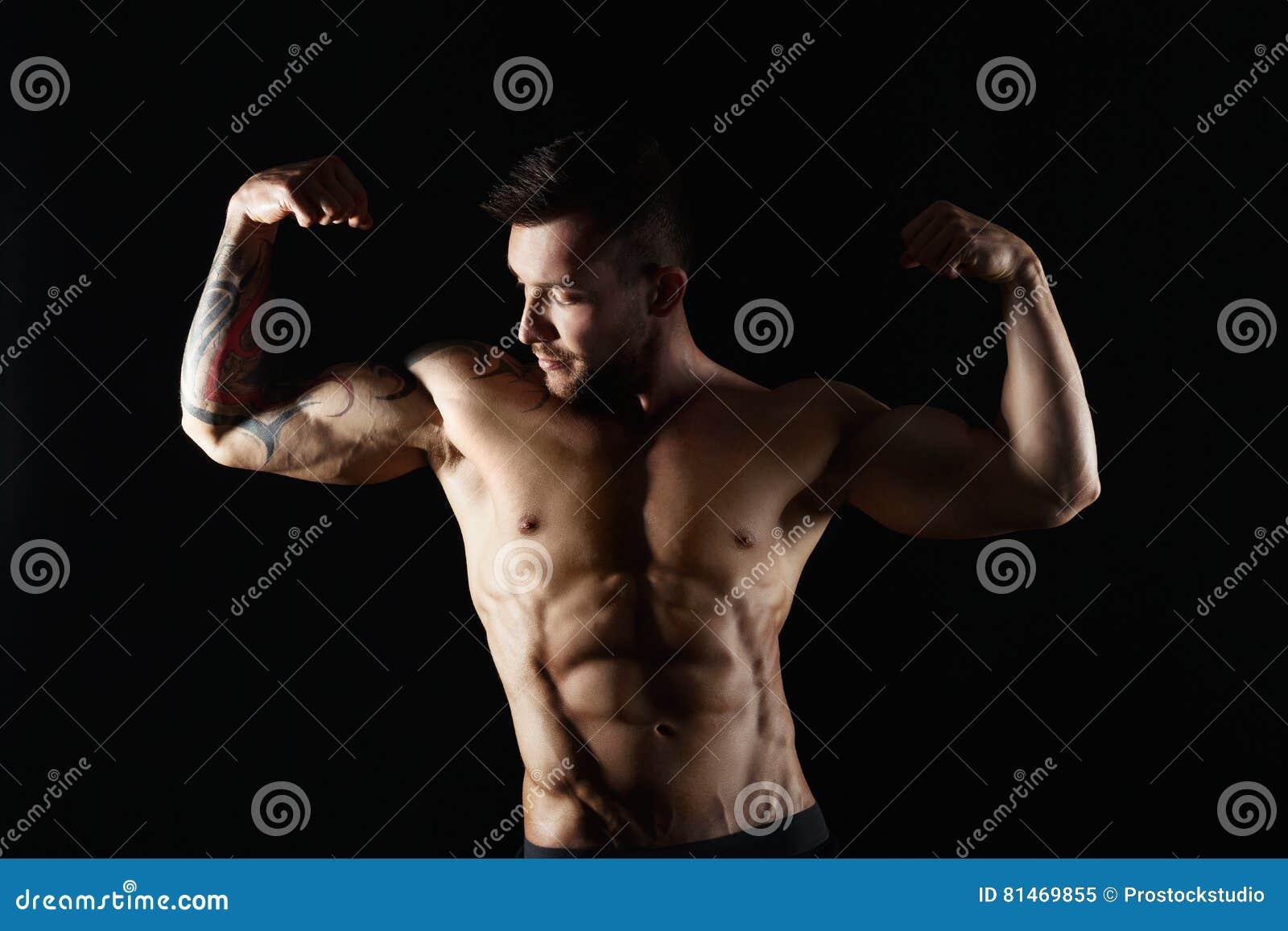 Silnych sportowych mężczyzna showes nagi mięśniowy ciało