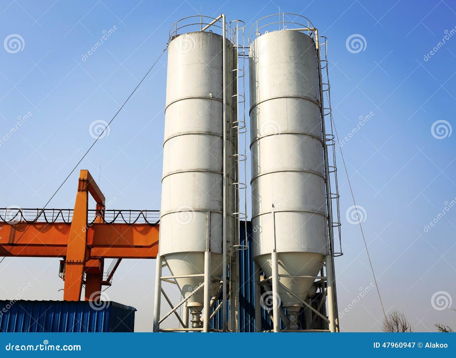 Silo de cemento industrial en la fábrica del cemento, el tanque del cemento, torre del almacenamiento del cemento