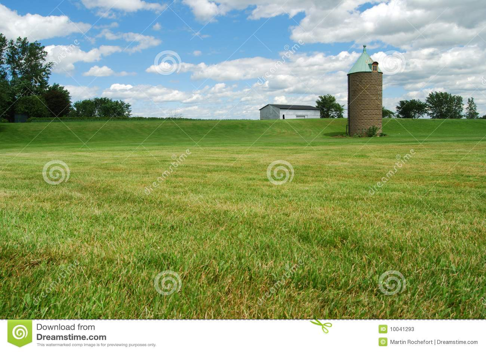 Silo e celeiro em um campo