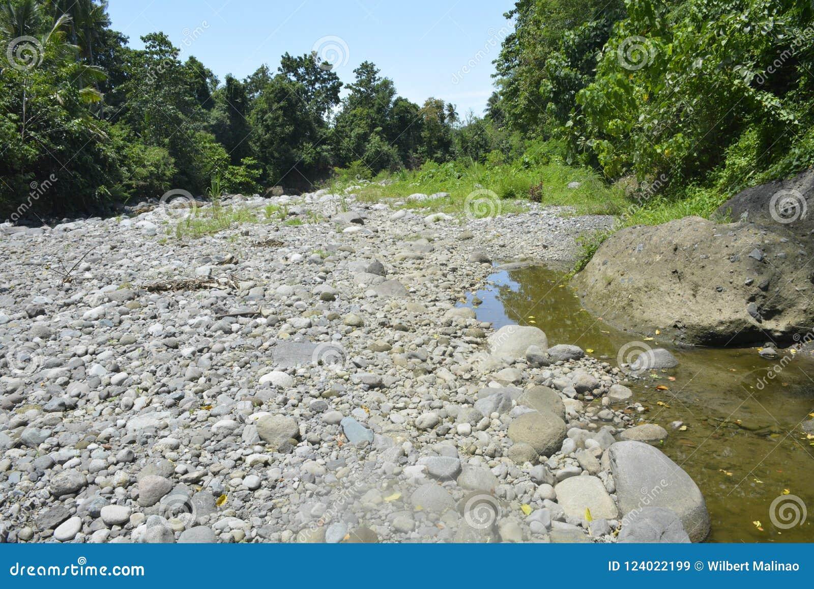 Silted del av den Ruparan floden på barangay Ruparan, Digos stad, Davao del Sur, Filippinerna