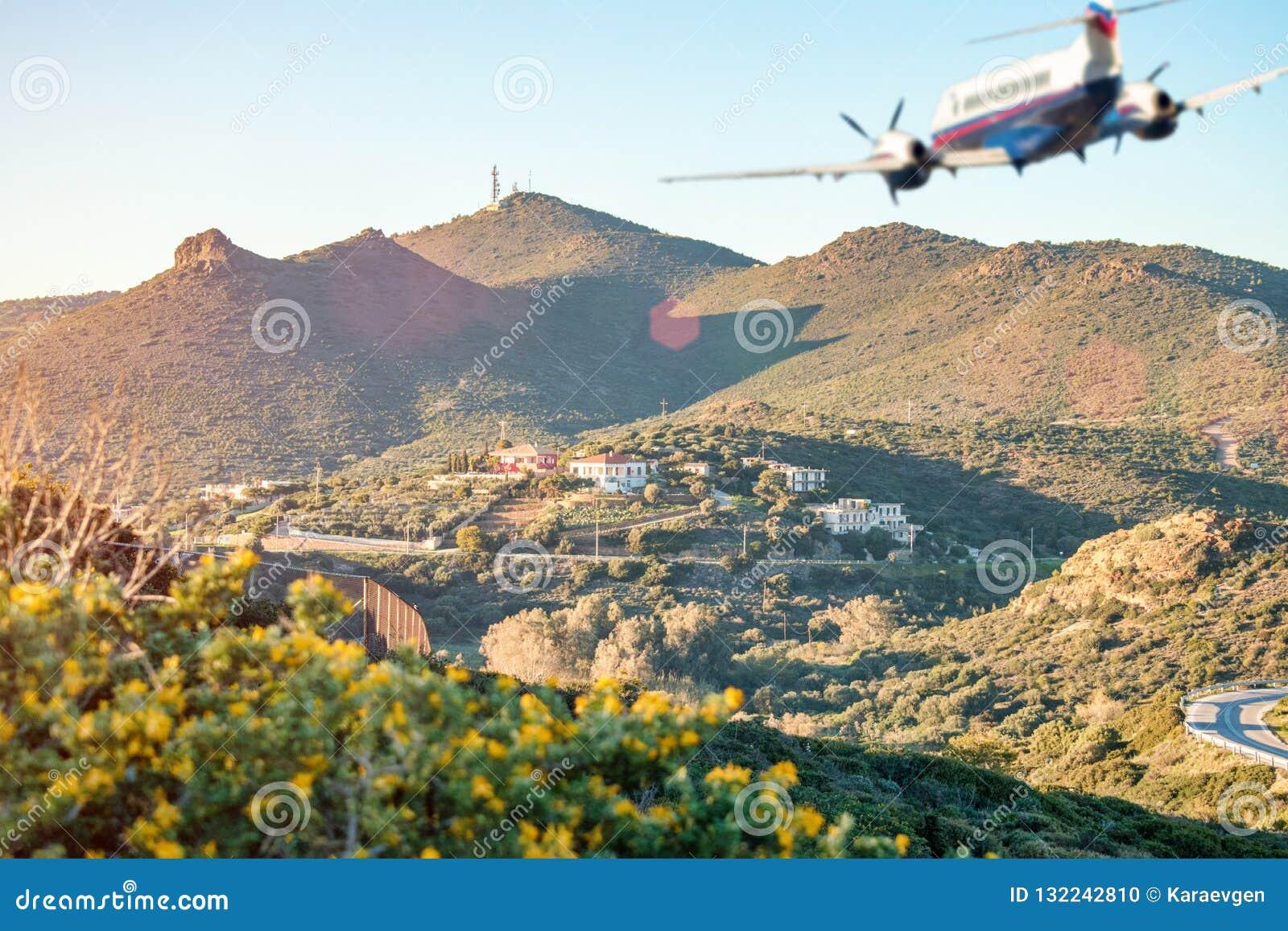 Silueta borrosa del aeroplano que vuela sobre las montañas