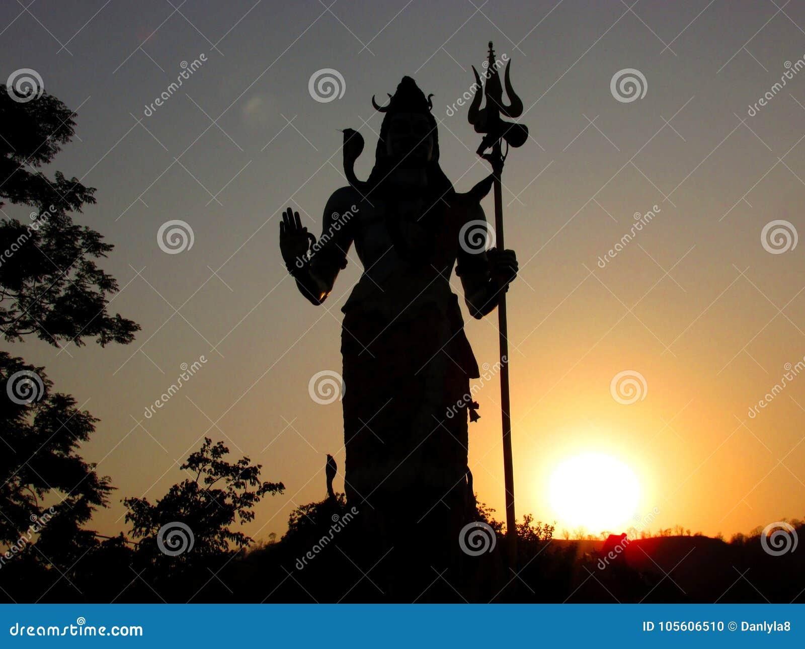 Silueta de dios hindú Shiva en la puesta del sol