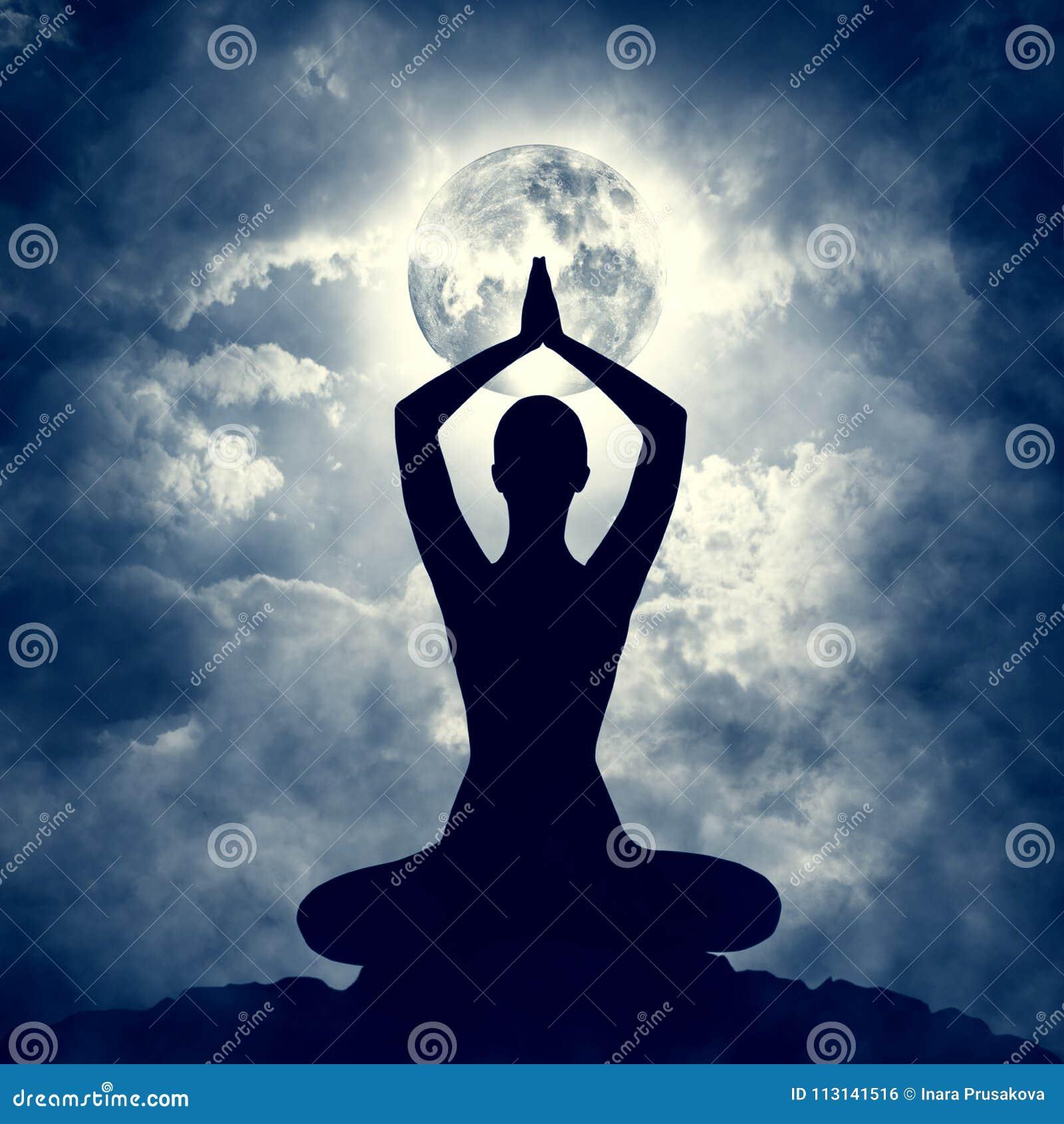 Silueta de la actitud del cuerpo de la yoga durante la noche astuta, ejercicio de la luna de la meditación