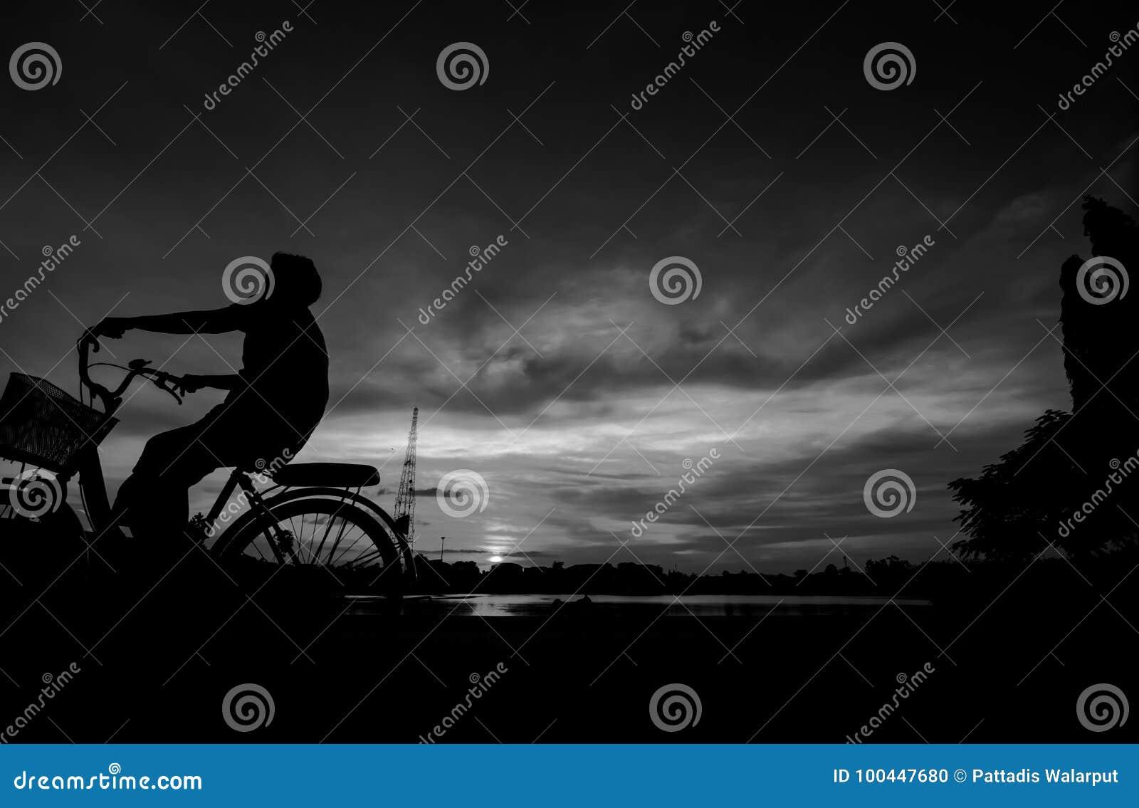 Silueta de la bici del montar a caballo del ciclista