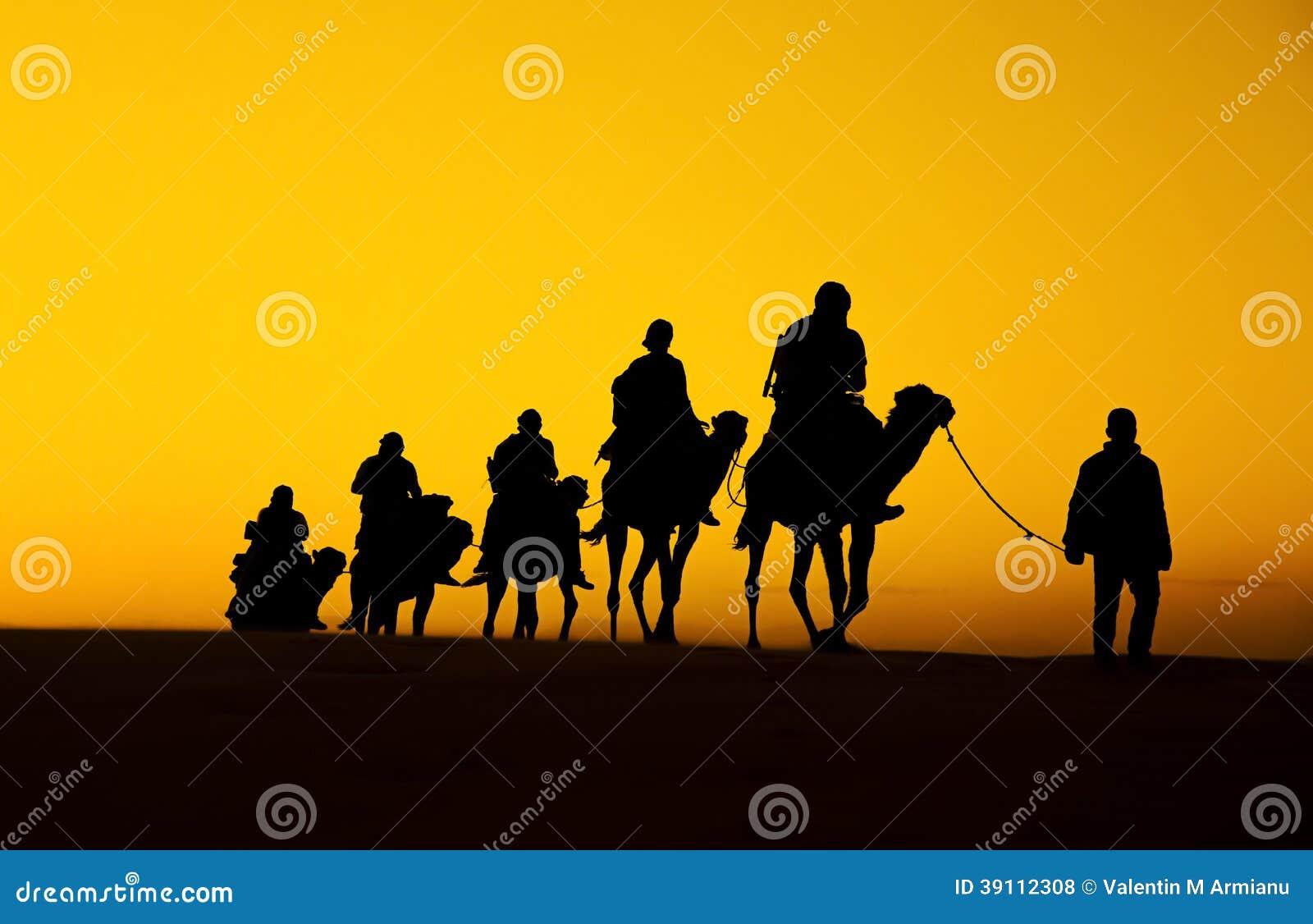 Silueta de la caravana del camello
