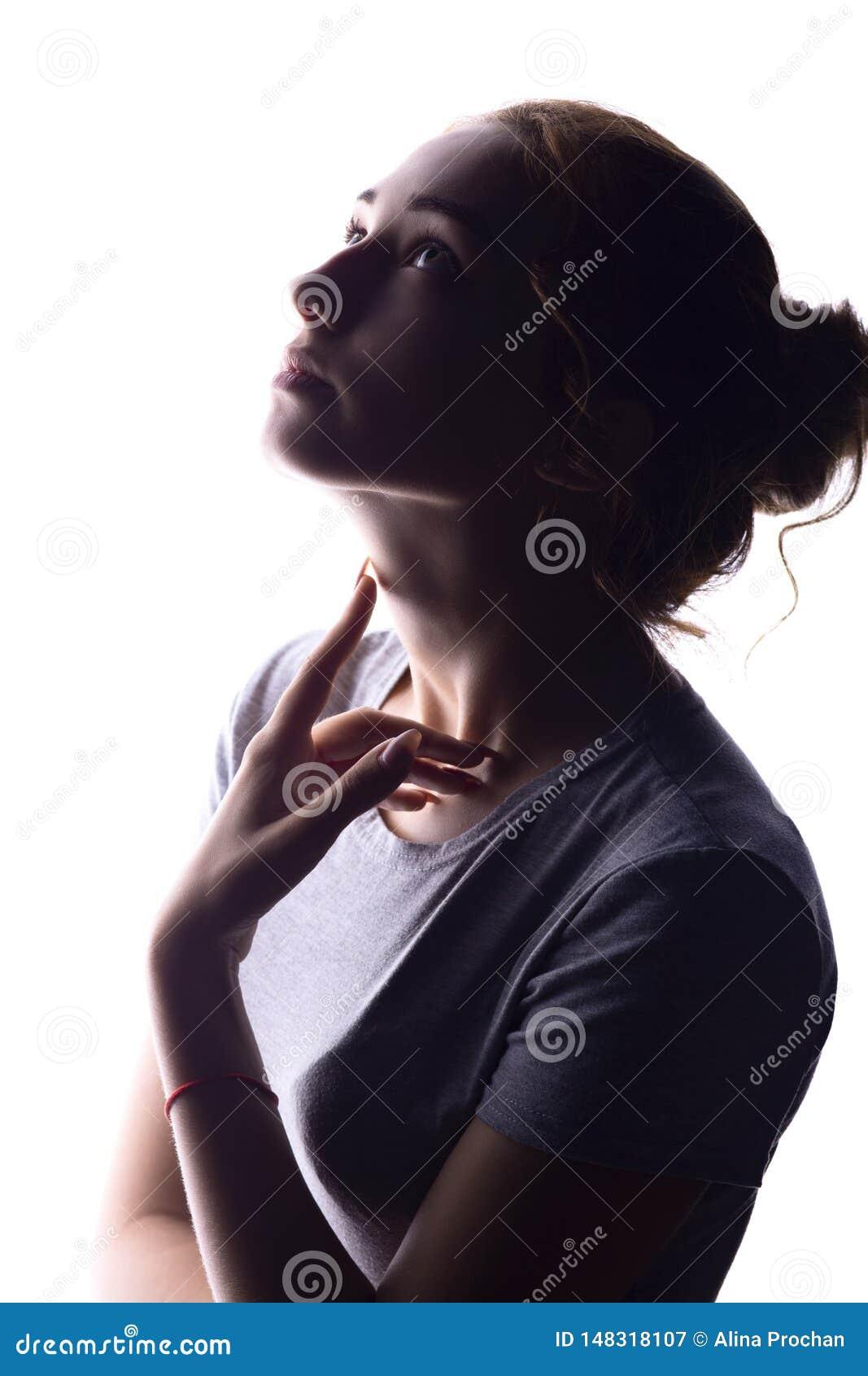 Silueta de la figura de la muchacha hermosa, del perfil de la mujer en fondo aislado blanco, del concepto de belleza y de la moda