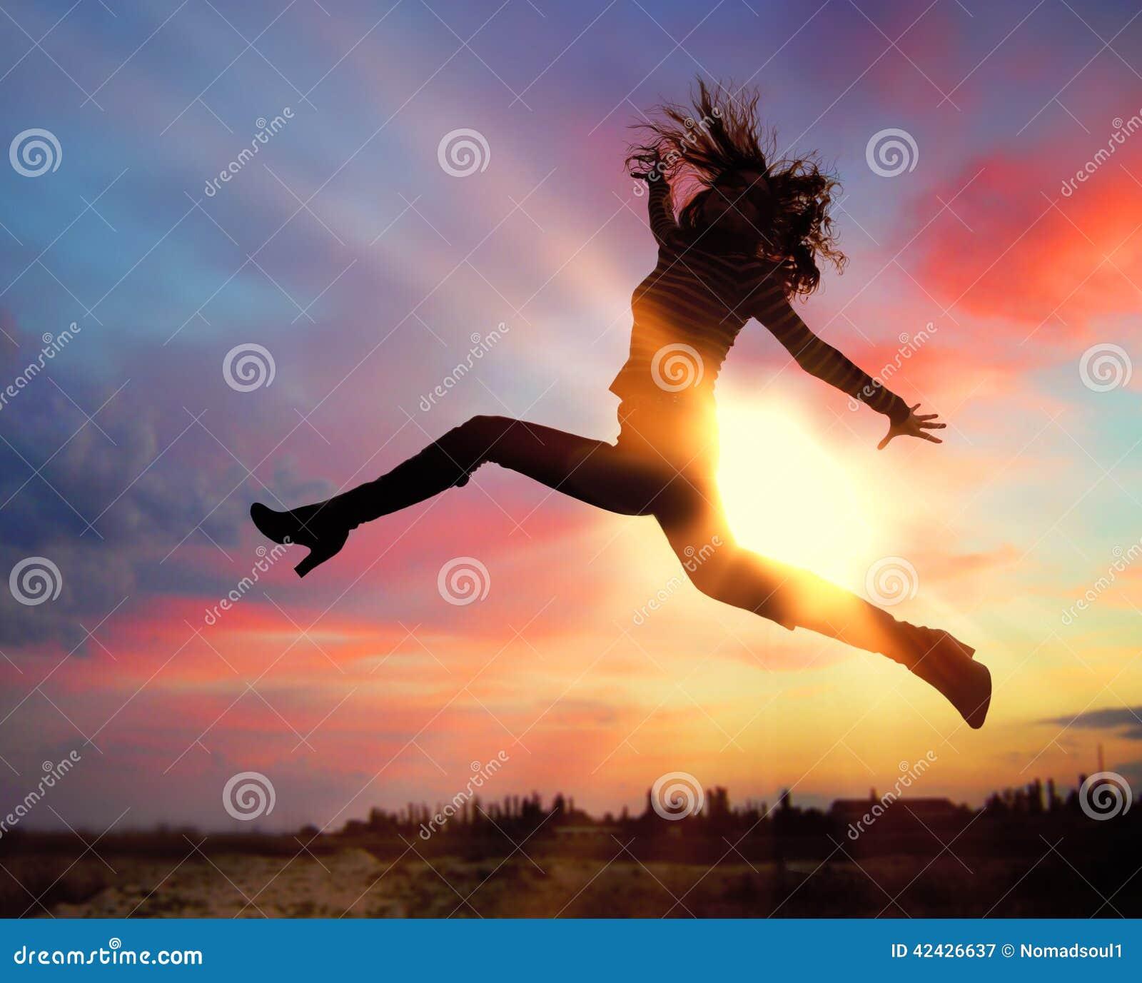 Silueta de la muchacha de salto