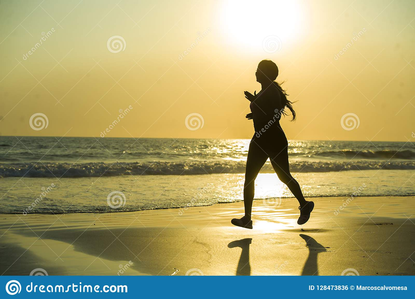 Silueta de la mujer afroamericana feliz y atractiva joven del corredor que ejercita en entrenamiento corriente de la aptitud en e