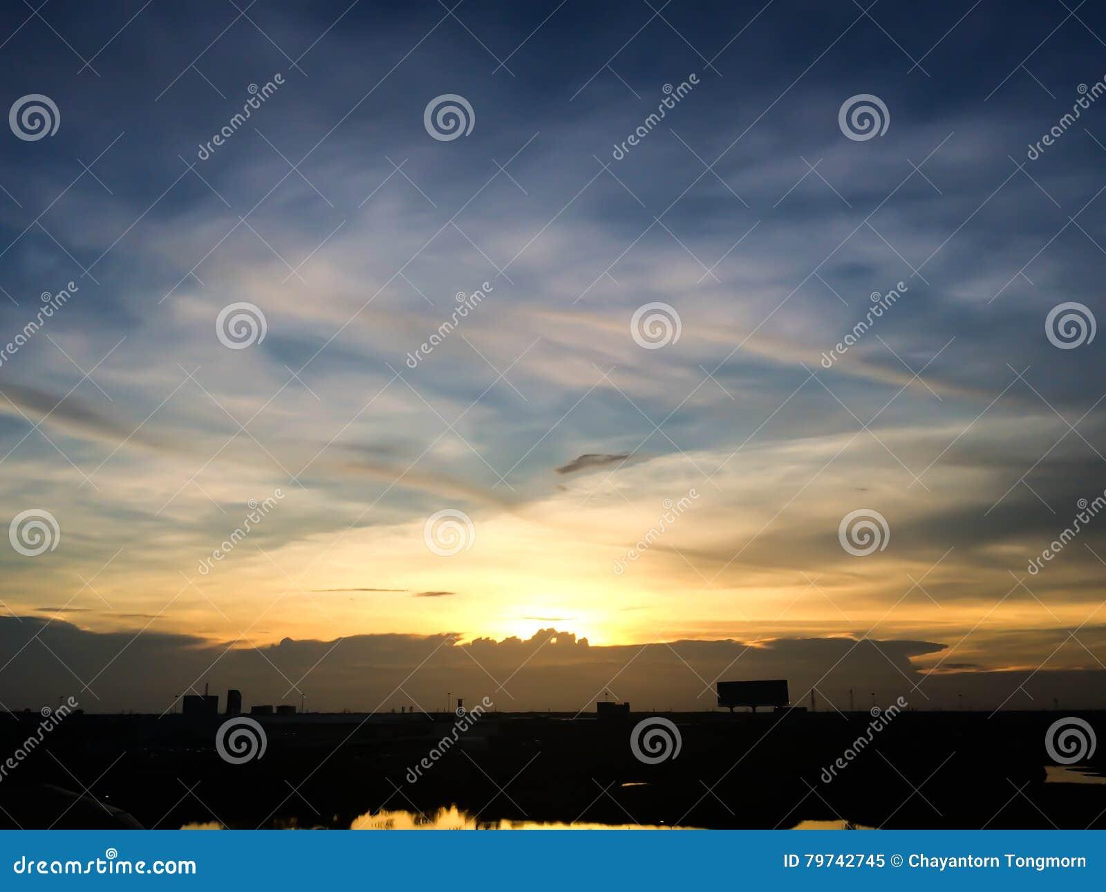 Silueta de la puesta del sol de la ciudad natal en Tailandia céntrico
