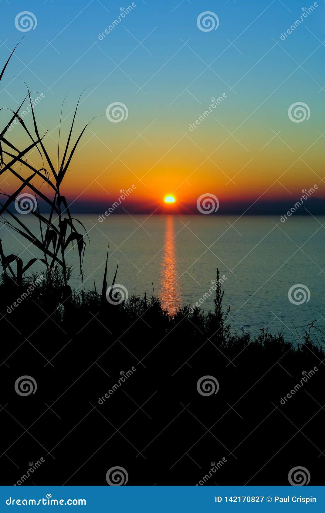 Silueta de la puesta del sol en el Adriático