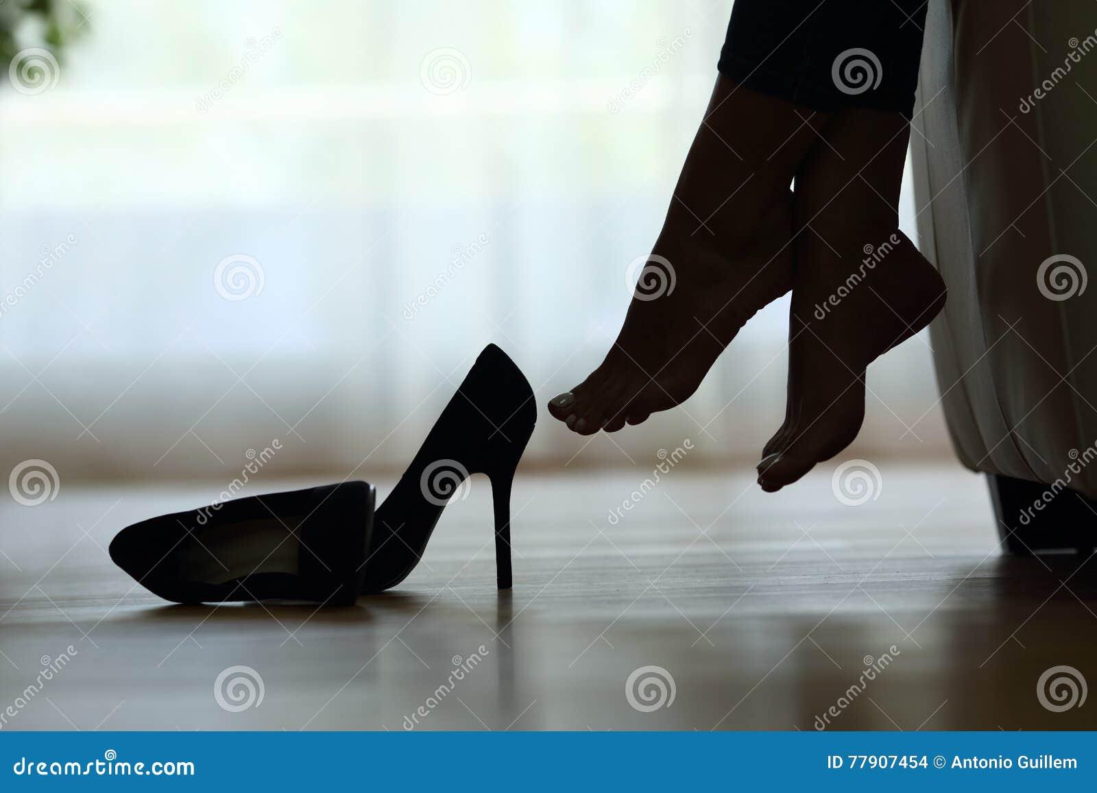 Silueta de la reclinación de los pies de la mujer