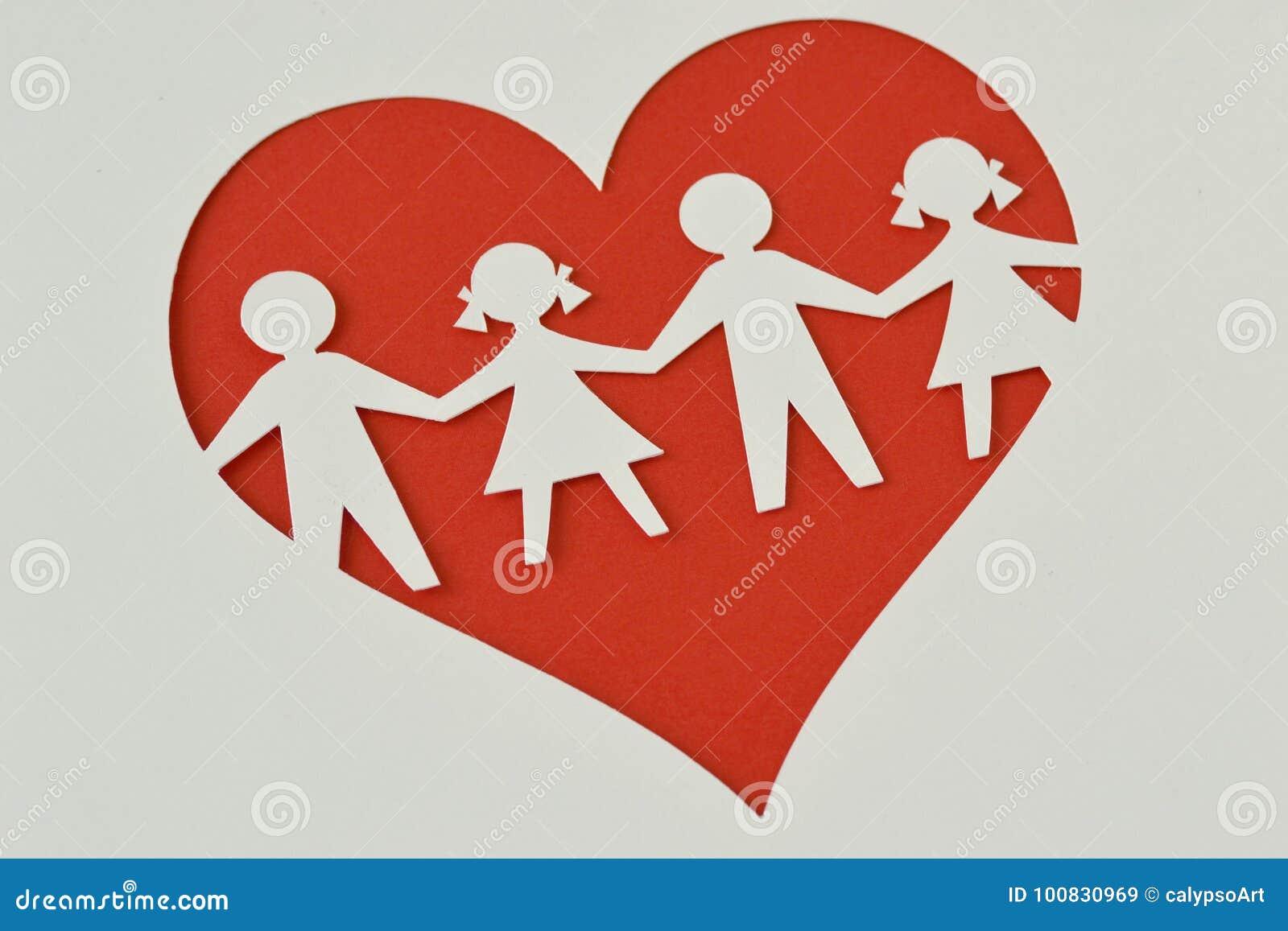 Silueta de papel de niños en un corazón - protección del niño y l