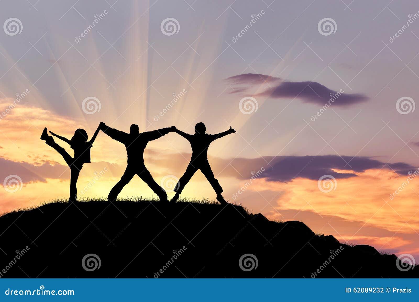 Silueta de tres personas felices